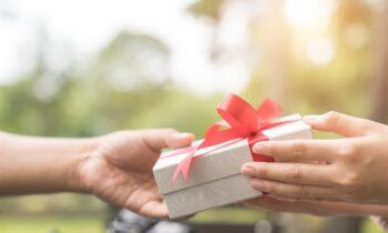 Mơ thấy được tặng quà là điềm báo gì? Con số may mắn?